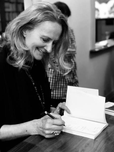 Claire Varin en séance de signature. Photo Julie Mackay