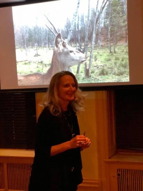 Claire Varin devant une des images du diaporama des animaux rencontrés